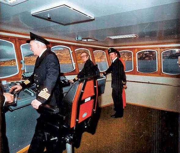 Sitôt baptisé – on voit ici l'équipage posant à la passerelle le jour de ces festivités –, le Polarfront gagnait en janvier1977 le point Mike, position de relevés météos tenue conjointement par la Norvège et les Pays-Bas.
