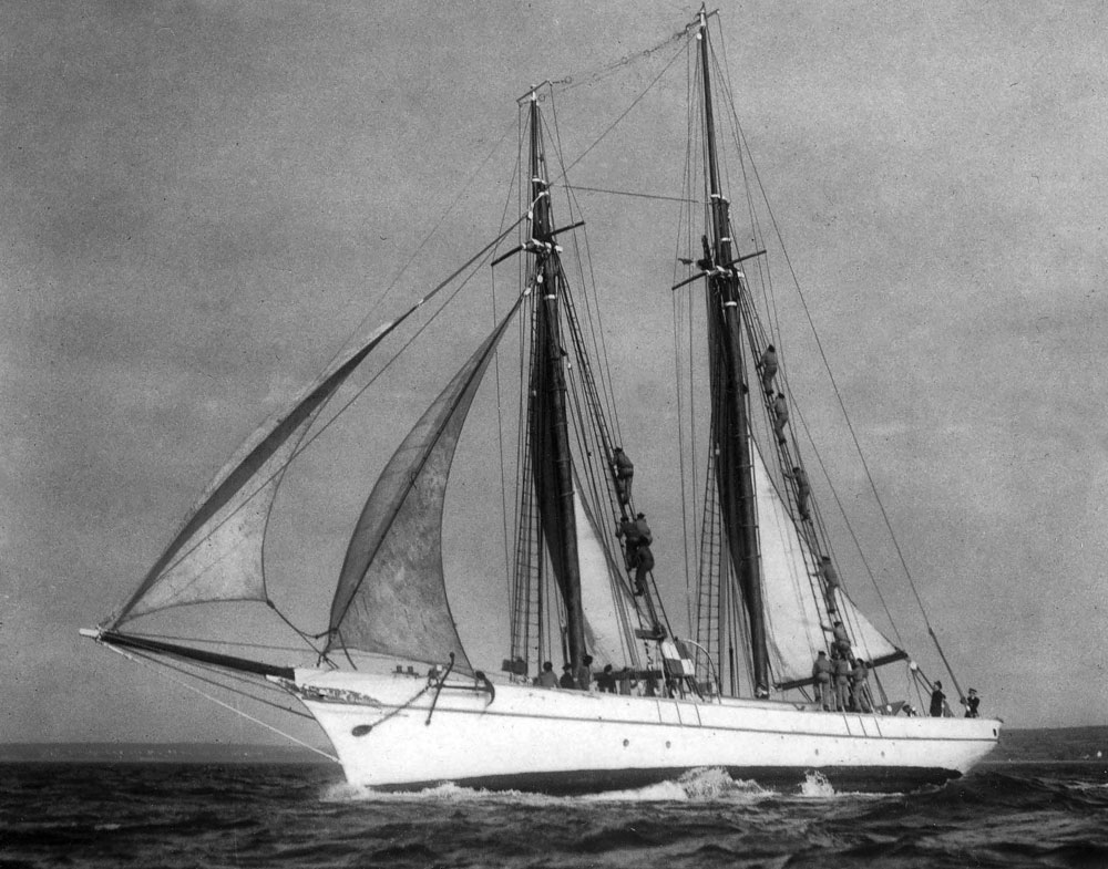 Après la Seconde Guerre mondiale, Notre-Dame d'Étel sert de voilier d'instruction à l'École des manœuvriers de Brest.