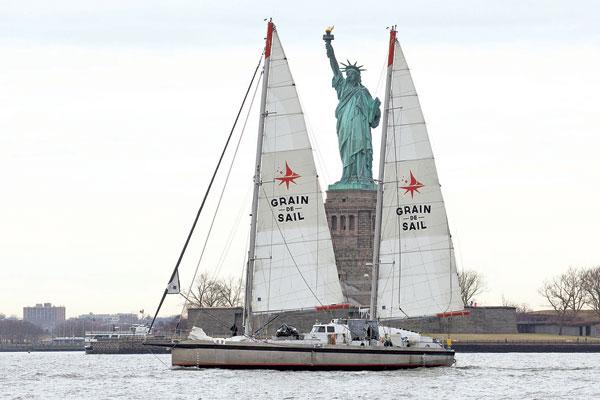 Grain de Sail sous l'œil de la statue de la Liberté à New York,