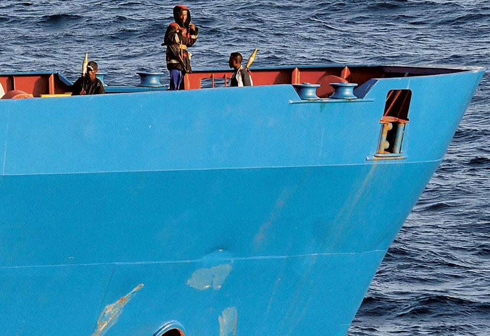 Le 19 octobre 2008, dans le golfe d'Aden, des pirates somaliens montent la garde sur le pont du Faina, navire ukrainien transportant des chars d'assaut, dont ils détiennent en otage les dix-sept membres d'équipage depuis un mois.