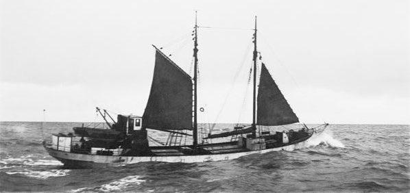 Oosterschelde, lourdement chargé, au moteur et sous voilure réduite en mer du Nord, vers 1937.