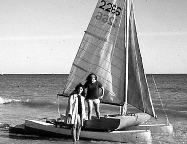 Dans les années 1960, Marie-Claude et Nicole Castex naviguent ensemble sur Alucat, dont leur père a retiré la nacelle et les volants au profit d'une plate-forme en contreplaqué et d'une barre franche.