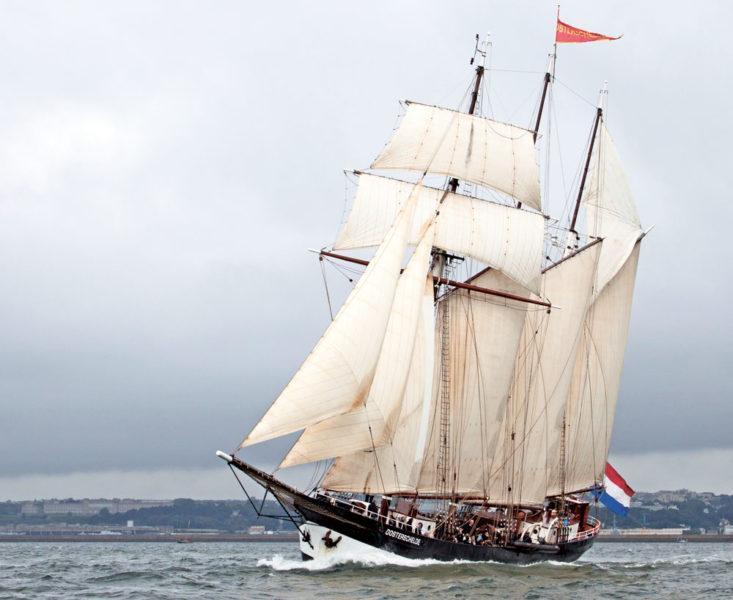 L'ancien caboteur reconverti aux voyages au long cours se partage souvent, l'été, entre croisières dans le Nord de l'Europe et fêtes maritimes