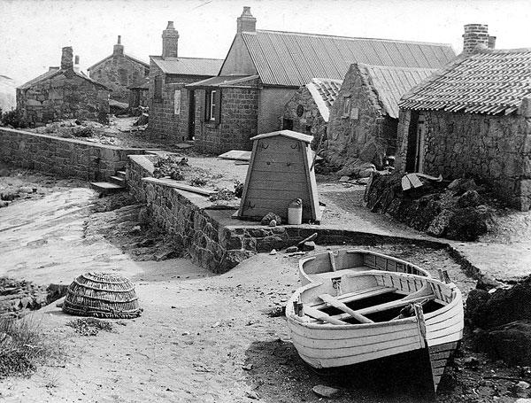 Les premières maisons, à l'origine simples abris pour les pêcheurs en saison, auraient été édifiées avant 1815.