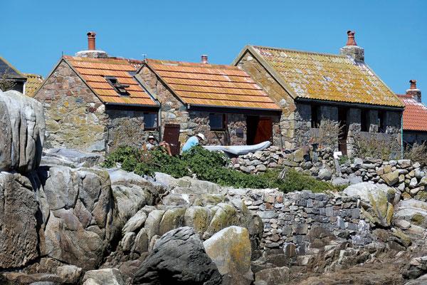 Jadis simple abri pour les pêcheurs, les maisons des Minquiers sont toujours petites et sommaires