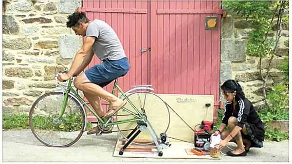 Après avoir embarqué sur Skeaf, des membres de l'Union locale d'animation en milieu rural du Goyen (29) ont conçu un «vélo-générateur» pour produire une sorte de muesli destiné aux marins…