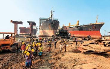 L'un des nombreux chantiers de déconstruction de navires à Chattogram, au Bangladesh.